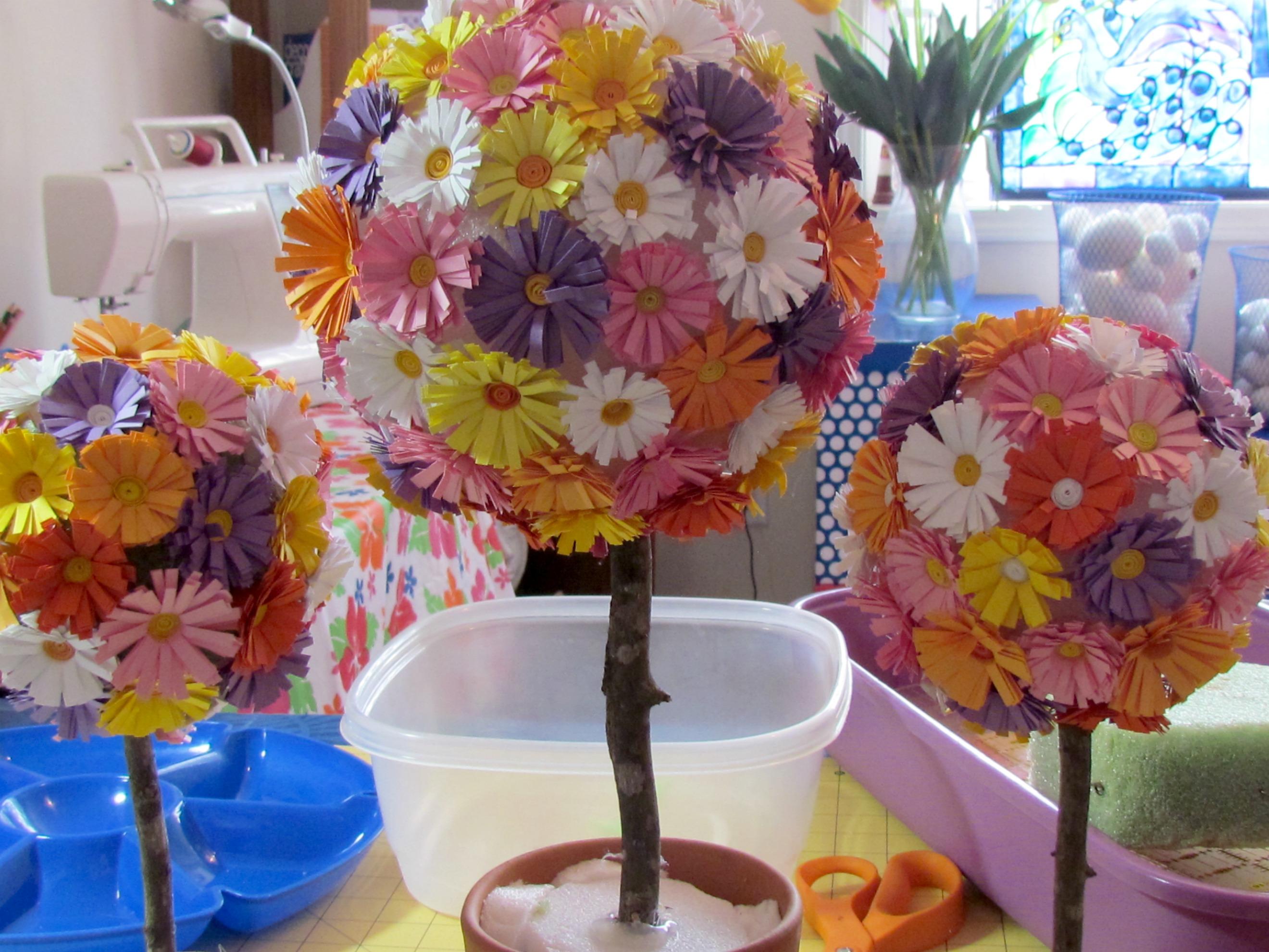Горшки с цветами и поделками
