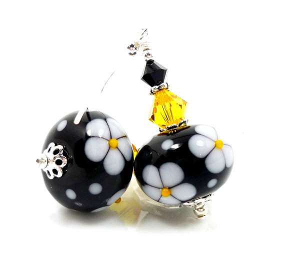 Daisy Lampwork Earrings by Beadz and More #lampwork #earrings