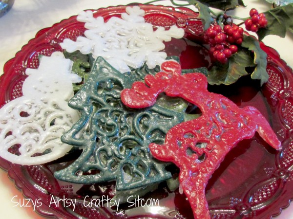 Single-use Christmas Soaps Tutorial / Suzys Artsy Craftsy Sitcom #crafts #diy #soap